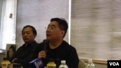 台湾关怀中国人权联盟理事长杨宪宏在两岸局势讨论会上演讲(美国之音方冰拍摄)