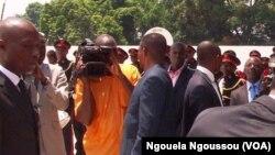 Des journalistes interviewent des personnalités congolaises à Brazzaville, ;e 4 mars 2013.