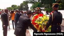 Le président congolais Denis Sassou Nguesso déposant une gerbe de fleurs (4 mars 2013)