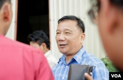 Sim Vuthy, Phnom Penh Deputy Police Chief, talks to media on the arresting two RFA's reporters, in Phnom Penh, on November 15, 2017. (Khan Sokummono/ VOA Khmer)