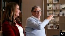 ARCHIVO - Bill y Melinda Gates son entrevistados en Kirkland, Washington, el 1 de febrero de 2019. La pareja se ha asociado con el gobierno de los EE. UU. para abordar con más fuerza el VIH y la enfermedad de células falciformes.