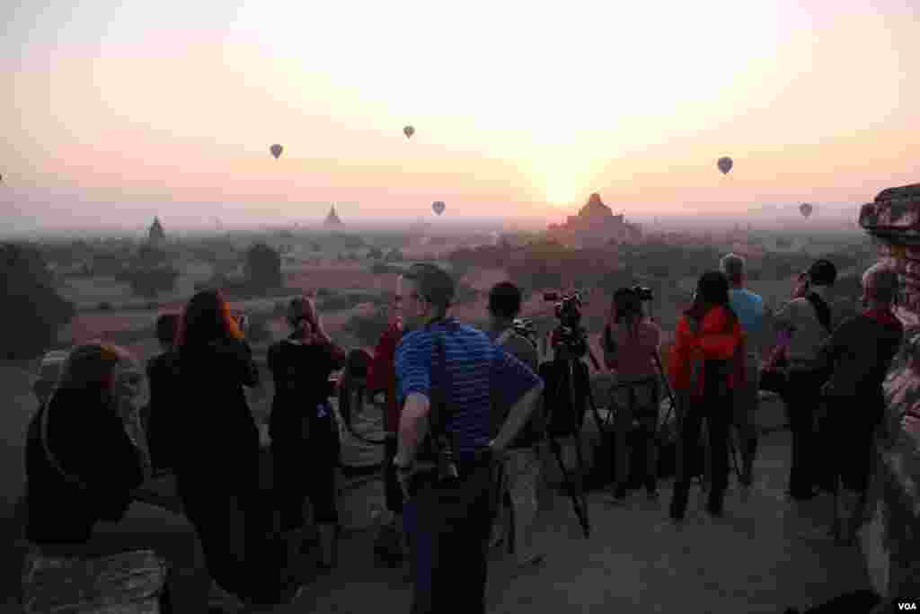 Tourists watch the sun rise over Bagan's temples and shrines. (D. Schearf/VOA)