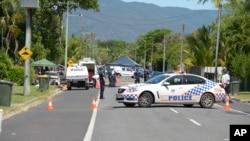Cảnh sát chặn một con đường bên ngoài ngôi nhà nơi 8 em nhỏ bị đâm chết.