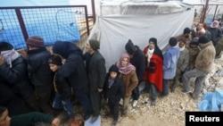 Người Syria tản cư xếp hàng chờ nhận chăn mền tại cửa khẩu Bab al-Salam, ở thị trấn biên giới phía bắc Azaz của Syria, ngày 6/2/2016. Hội Ân xá Quốc tế nêu rõ rằng tình hình tại Syria là vụ khủng hoảng cấp bách nhất trên thế giới, nhất là đối với người tị nạn