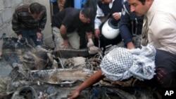 基尔库克一市场发生爆炸后当地人清查现场