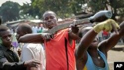 Para demonstran anti pemerintah dalam aksi unjuk rasa di ibukota Bujumbura (foto: dok).