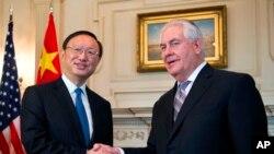 El secretario de Estado de EE.UU., Rex Tillerson, estrecha la mano con el diplomático de Estado chino, Yang Jiechi en el Departamento de Estado en Washington, el martes 28 de febrero de 2017.