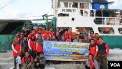 Peserta Ekspedisi Nusantara Jaya 2015 mendarat di Pulau Masalamebu, Kepulauan Madura menggunakan kapal perintis. (VOA/Petrus Riski)