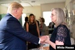 El presidente Donald Trump y la primera dama Melania Trump se reúnen con sobrevivientes, familias, personal del hospital y socorristas en el Miami Valley Hospital en Dayton, Ohio, el miércoles 7 de agosto de 2019. (Foto oficial de la Casa Blanca por Andrea Hanks)