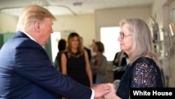 Prezidan Donald J. Trump ak Premyè Dam nan, Melania Trump, ki t ap rankontre, nan Lopital Miami Valley, ak fanmi moun ki te chape anba atak ki te fèt dimanch 4 out 2019 la nan vil Dayton, Eta Ohio. (Foto ofisyèl La Mezon Blanch-Kredi pou Andrea Hanks).