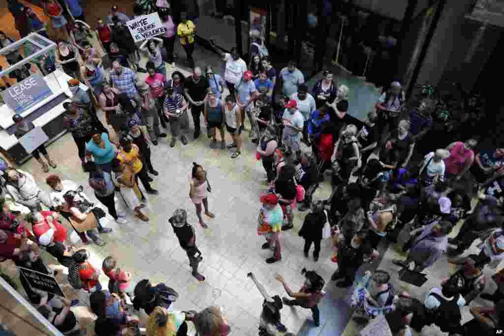 Les manifestants marchent sur le West County Mall le 16 septembre 2017, à Des Peres, près de St Louis.