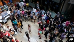 示威者在圣路易斯郊区一个购物中心举行示威集会,抗议一名被控打死黑人男子的的白人警察被判无罪。(2017年9月16日)