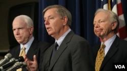 Para Senator AS yang mendesak tekanan lebih keras terhadap Libya, dari kiri: John McCain, Lindsey Graham, dan Joseph Lieberman.