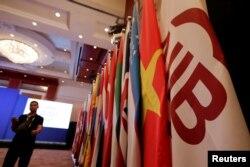 Bendera Bank Investasi Infrastruktur Asia (Asian Infrastructure Investment Bank/AIIB) dan bendera negara-negara anggota dalam sidang tahunan pertama AIIB di Beijing, China, 25 Juni 2016. (Foto: Reuters)