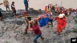 រូបថតដោយមន្ទីរពន្លត់អគ្គីភ័យមីយ៉ាន់ម៉ា បង្ហាញក្រុមអ្នកជួយសង្គ្រោះកំពុងលីសាកសពជនរងគ្រោះដោយសារឧប្បទ្ទវហេតុបាក់ដីនៅកន្លែងជីកយករ៉ែថ្លើមថ្មមួយកន្លែងនៅតំបន់ Hpakant (ផាកាន់ថ៍) នៃរដ្ឋ Kachin នៅថ្ងៃទី២ ខែកក្កដា ឆ្នាំ២០២០។ (រូបថតដោយមន្ទីរពន្លត់អគ្គីភ័យមីយ៉ាន់ម៉ា via AP)