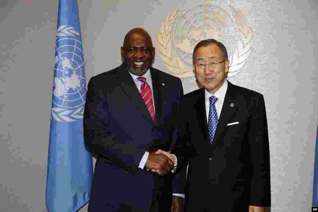 Le secrétaire général de l'ONU Ban Ki-moon, à droite, rencontrant le Premier ministre malien Cheick Modibo Diarra à New York le 23 septembre 2012