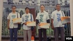 1980年代台北街头盼回大陆探亲的老兵 (陆委会资料照片)