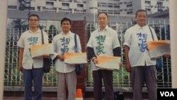 1980年代台北街頭盼回大陸探親的老兵 (陸委會資料照片)