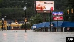 Nước lũ dâng cao trên Đường Garners Ferry ở thành phố Columbia, bang South Carolina, ngày 4 tháng 10, 2015.