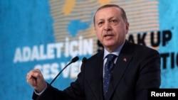 터키의 레제프 타이이프 에르도안 대통령이 25일 이스탄불에서 연설하고 있다.