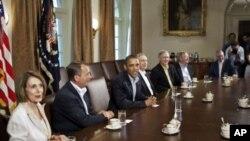 버락 오바마(사진 중앙) 미국 대통령과 낸시 펠로시(왼쪽) 민주당 원내대표, 존 베이너(왼쪽에서 두번째) 하원의장이 백악관에서 회담하고 있다.(자료사진)
