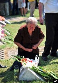 86-годишната Анастасија Марковска на гробот на својот син Спиро, кој загинал во земјотресот.