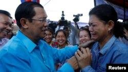 Tư liệu - Một công nhân may mặc khóc khi gặp Thủ tướng Campuchia Hun Sen, ở ngoại ô Phnom Penh, Campuchia, ngày 8 tháng 11, 2017.
