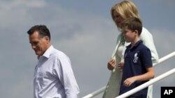 Ông Romney, cùng với vợ và cháu trai đến Tampa