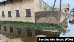 Dans la banlieue de Dakar, un collège entouré par les eaux, au Sénégal, le 27 juillet 2020. (VOA/Seydina Aba Gueye)
