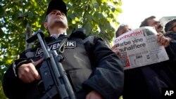 31일 터키 경찰이 반정부 성향의 신문 '쿰후리옛' 편집장과 기자들을 체포한 가운데, 한 남성이 '쿰후리옛' 신문사 본사 앞에서 최신호를 들고 서 있다.