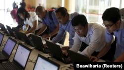 Sejumlah pelamar kerja sedang mengisi formulir lamaran kerja di laptop yang disediakan penyelenggara Indonesia Techno Career di Jakarta, 11 Juni 2015. (Foto: REUTERS/Beawiharta)
