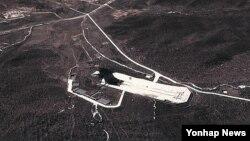 구글 위성사진으로 본 북한 평안북도 철산군 동창리 미사일 발사기지의 모습 (구글/연합뉴스 자료사진)