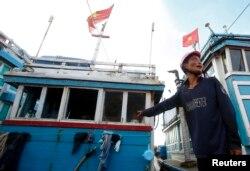 Nelayan Vietnam, Bui Van Minh menunjukkan jendela kapalnya yang rusak saat berlabuh di dekat pulau Ly Son, provinsi Quang Ngai, Vietnam tengah, 1 Juli 2014. (REUTERS.