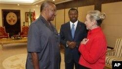 지난 1월 17일 아프리카 방문에서 파우레 그나싱베 토고 대통령(왼쪽)을 만난 클린턴 미국 국무장관.(자료사진)
