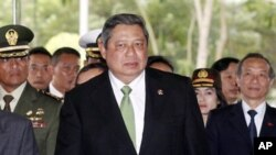 ປະທານາທິບໍດີອິນໂດເນເຊຍ ທ່ານ Susilo Bambang Yudhoyono (ກາງ) ທີ່ສະໜາມບິນ Noi Bai ນະຄອນຫຼວງຮ່າໂນ່ຍ (27 ຕຸລາ 2010)
