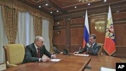 图为俄罗斯现任总理普京(左) 与总统梅德韦杰夫3月2日在莫斯科郊外的总统官邸