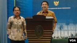 Menko bidang Perekonomian, Sofyan Djalil (kiri) dan Kepala BKPM, Franky Sibarani saat jumpa pers terkait pelayanan terpadu satu pintu atau PTSP di Jakarta, Selasa 2/12 (foto: VOA/Iris Gera).