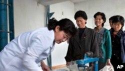 식량을 배급받는 북한 주민들 (자료사진)