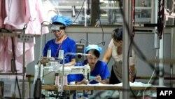Công nhân sản xuất vải để xuất sang Mỹ tại một nhà máy dệt ở Binzhou của tỉnh Sơn Đông, Trung Quốc. Chính quyền Trump đang thúc đẩy việc đưa chuỗi sản xuất của Mỹ ra khỏi Trung Quốc.