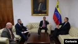 Jorge Arreaza, canciller de Venezuela, se reunió con el encargado de negocios de EE.UU., James Story, para entregarle un informe preliminar sobre los responsables del supuesto atentado contra Nicolás Maduro.