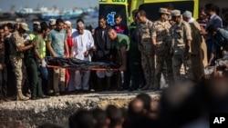 Guardias egipcios lograron rescatar a unas 150 personas pero se teme que decenas más hayan muerto en el Mediterráneo.