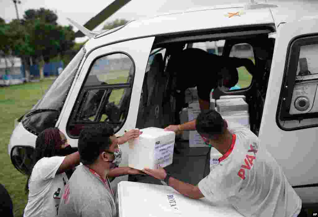 کارگران در حال تخلیه یخدانهای حامل واکسن «سینوواک کرونا وک» ساخت چین از هلیکوپتر در ریودوژانیرو، برزیل