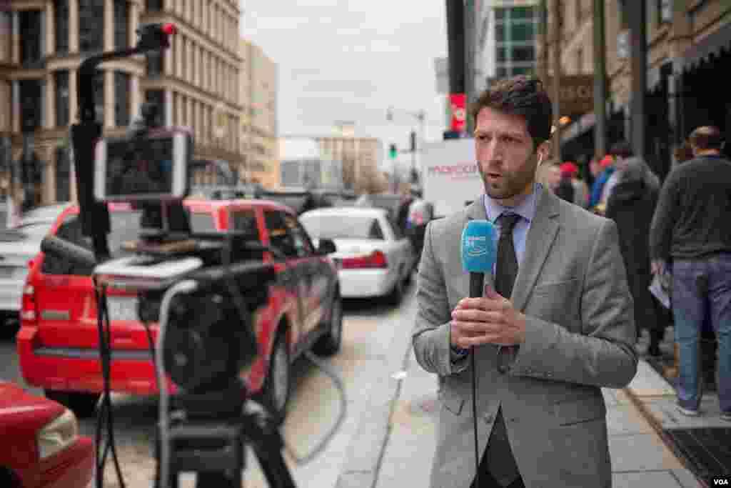 包括法国电视24频道在内的国际媒体关注华盛顿的共和党初选。(美国之音方正拍摄)