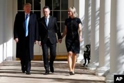 2018年10月13日美国总统特朗普(左)与安德鲁·布伦森牧师和他的妻子会面