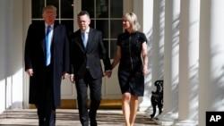 دونالد ترمپ، رئیس جمهور امریکا، کشیش اندرو برانسن و همسر نورین لین در قصر سفید