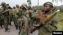 Binh sĩ Congo thảo luận về vị trí chiến đấu chống lại phiến quân M23 tại Kibati, miền đông Cộng hòa Dân chủ Congo.
