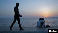 Según un reciente estudio, la acción del hombre de bajar la velocidad a sus pasos cuando está enamorado se remonta a nuestros ancestros antes de la civilización.
