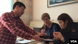 사만다 파워 대사가 10일 요덕 수용소 출신 정광일 '노체인' 대표의 집을 방문해 대화를 나누고 있다(파워 대사의 '트위터')