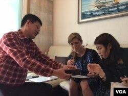 지난 10일 한국을 방문한 사만다 파워 유엔주재 미국대사(가운데)가 요덕 수용소 출신 정광일 '노체인' 대표(왼쪽)의 집을 방문해 대화를 나누고 있다.