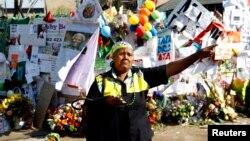 9일 넬슨 만델라 전 남아공 대통령이 입원한 병원 앞에서 한 시민이 만델라 전 대통령의 쾌유를 기원하고있다.